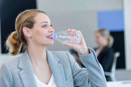 V kanceláři, pokud je klimatizovaná, pijte raději trochu více. Klimatizace vás může dehydratovat, aniž byste si to uvědomovali.