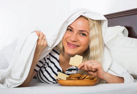 Před spaním si dejte pozor na sacharidy, ale bílkoviny v přijatelné míře vám neuškodí.