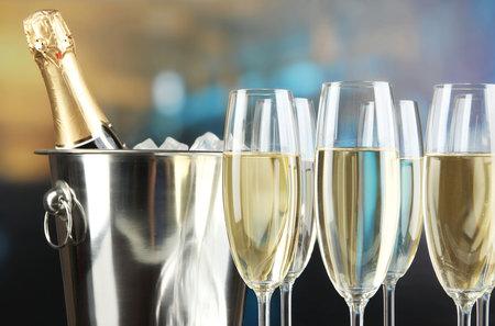 Sklenička šampaňského má stejně energie, jako když budete 15 minut hrát badminton.