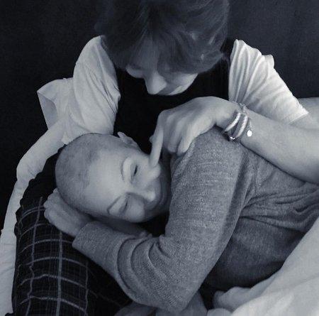 """""""Občas není nic většího než mateřská láska, která vám pomáhá držet se. Děkuji maminko, že jsi tu byla vždy se mnou a máš sílu i za mě,"""" píše herečka na svém instagramovém profilu."""
