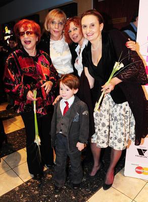 Kamila Magálová se svými hereckými kolegy a režisérkou filmu Líbáš jako Bůh.