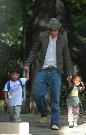 Brad Pitt se synkem Paxem Thienem a dcerou Zaharou Marley