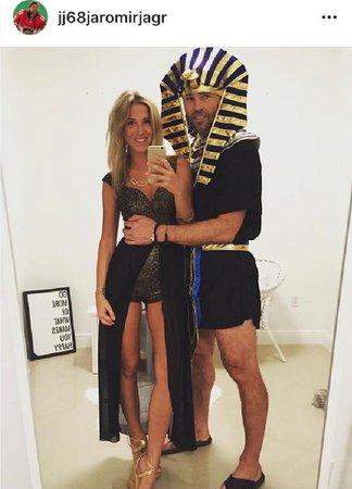 Jágr jako Faraon vytáhl Veroniku na halloweenskou party.
