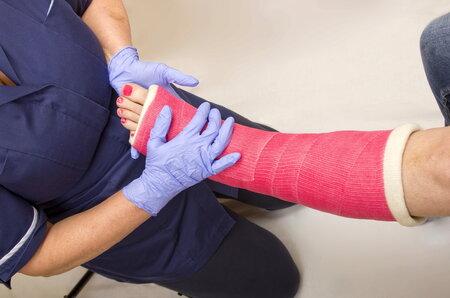 Ženy s osteoporózou mají mnohem více řídké kosti.