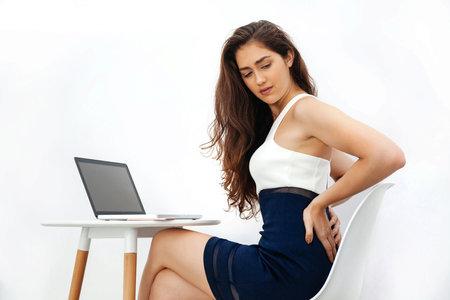 Celodenním sezením si nezpůsobíte pouze bolest zad, ale i vleklejší a dlouhodobější problémy.