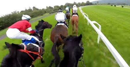 Unikátní záběry z koňského sedla. Tohle zažívají žokejové před dostihem.