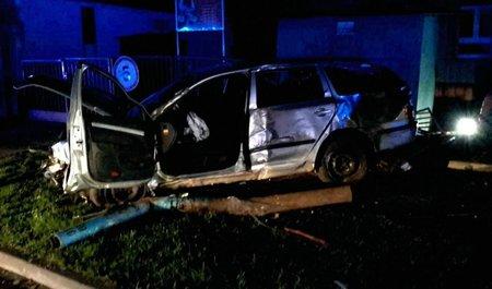 Řidič v sobotu v noci v Břeclavi ve velké rychlosti vyletěl s autem na chodník, kde usmrtil procházející ženu. Po nehodě nadýchal alkohol.