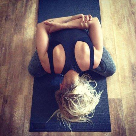 Dara Rolins při hodině jógy