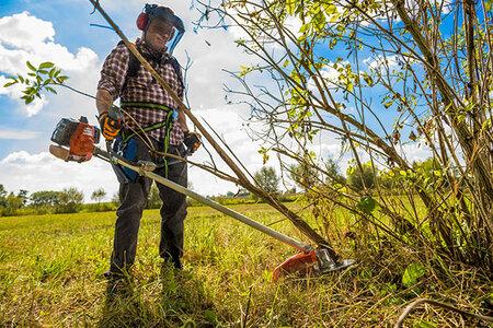 Křovinořezy Oleo-Mac zvládnou posekat trávník, prořezat křoví, osekat slabší větve stromů a snadno s nimi upravíte i těžko dostupná místa.