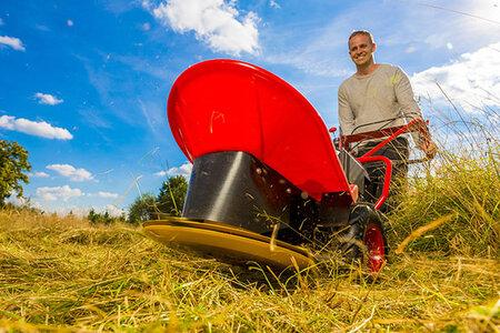 Bubnová sekačka Bella BDR 581 si poradí s trávou vysokou až 150 cm.