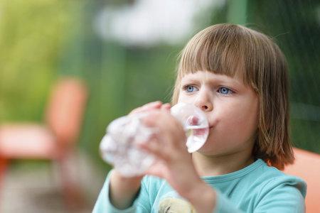 Pokud vaše dítě pije velmi často, například každých 15 minut, měli byste navštívit lékaře.