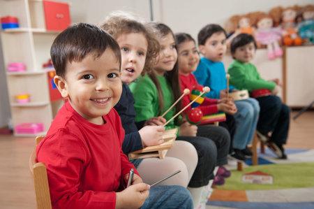 Děti vychovávané dvojjazyčně začínají mluvit často později, rovnou však ve dvou jazycích