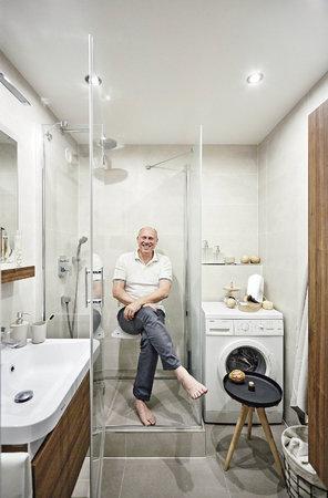 Vanu nahradil skleněný sprchový kout se sedátkem.