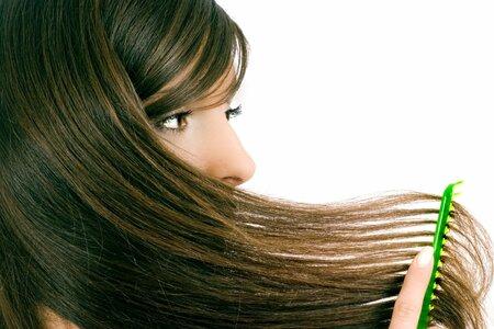 Pokud je vás jídelníček vyrovnaný s dostatkem vitaminů, a přesto vám vlasy padají déle než půl roku, raději navštivte lékaře.