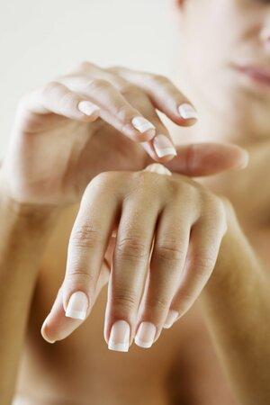 Příčinou lámání nehtů bývá nedostatek minerálních prvků nebo některých vitaminů, zejména A, ale může se vyskytnout i při snížené funkci štítné žlázy.