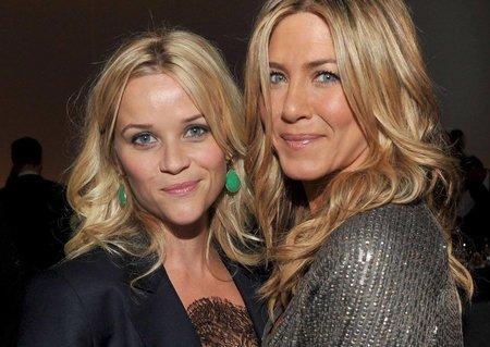 """Jennifer Aniston (48) a Reese Witherspoon (41) budou společně natáčet televizní seriál. """"Mám radost, že se znovu shledám s jedinečnou Jennifer Aniston při natáčení naší vlastní televizní show. Nemůžu se dočkat, až všichni uvidíte výsledek,"""" napsala Jennifer k fotce."""