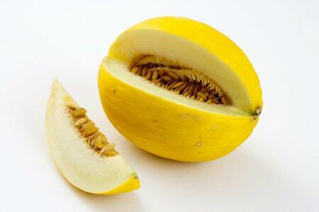 Melouny se žlutou nebo světlou dužinou mají většinou mdlou chuť, proto se výborně spojují se slanou šunkou – nejlépe pršutem.