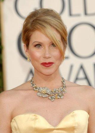 Korzetové šaty se jako jedny z mála dají kombinovat s masivním náhrdelníkem. Herečka Christina Applegate, kterou známe jako prostoduchou Kelly ze seriálu Ženatý se závazky, zvolila k saténovým šatům vkusnou kombinaci stříbra a zlata.