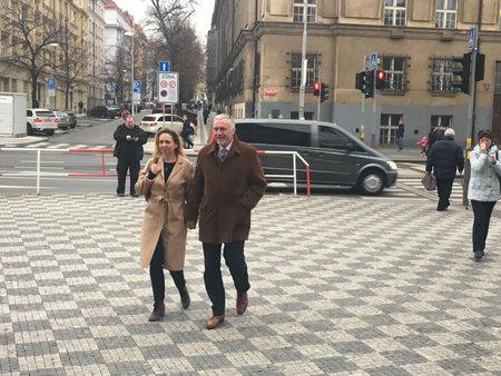 Prezidentský kandidát Mirek Topolánek a jeho žena Lucie Talmanová přišli volit v pátek 12. ledna krátce po půl třetí do ZŠ Emy Destinnové.