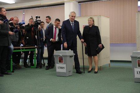 Miloš Zeman s manželkou na druhý pokus odvolili. Aktivistku zpacifikovala ochranka.