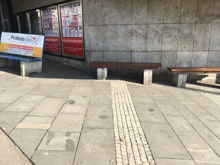 U metra Strašnická se vyskytují 3 typy laviček na 20 metrech čtverečních. Obyvatelé je kritizují.
