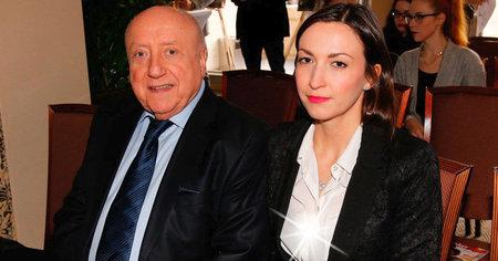 Lucie Gelemová neuhlídala podprsenku pod bílou košilí.