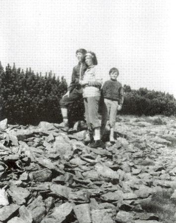 Livia Klausová se syny Václavem a Janem při výšlapu na Sněžku začátkem 80. let