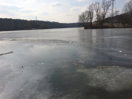 Zmrzlá vodní nádrž Džbán v loňském roce