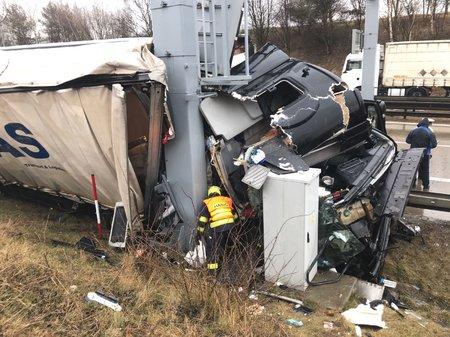 Pražský okruh zablokovala nehoda osmi kamionů a dodávky.