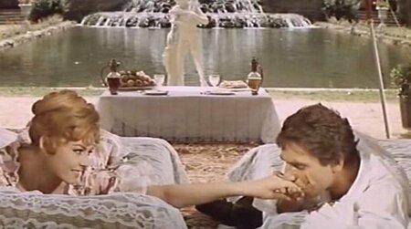 Mezi Robertem a Michèle je ve skutečnosti téměř stejný věkový rozdíl jako mezi Joffreyem a Angelikou. Robert je ve skutečnosti o 12 let starší a ve filmu jsou od sebe 13 let.