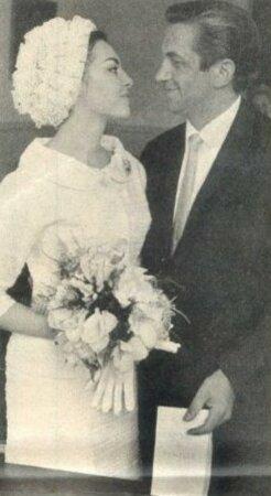 Přelom padesátých a šedesátých let: Svatba Michèle s André Smaghem. První hereččin manžel, neúspěšný režisér André Smaghe absolutně neunesl náhlou slávu své mladé ženy a skončil jako alkoholik. Bývalý manžel s násilnickými sklony pak krásce dělal potíže ještě pár let po rozvodu, který hvězdu přišel na slušné peníze.