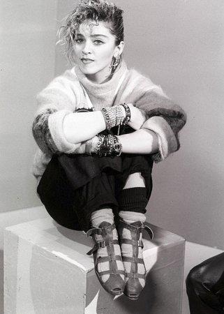 1984 - Se svým typickým stylem, který kopírovaly v 80. letech všechny dívky.