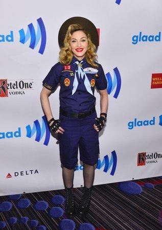 2013 - Na udílení cen Glaad Awards si oblékla skautskou uniformu, aby upozornila na zákaz organizace gayů.