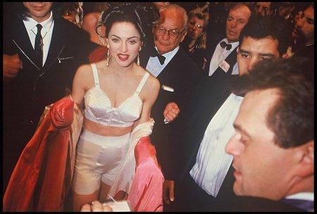 1991 - Na filmovém festivalu v Cannes ve známé podprsence.