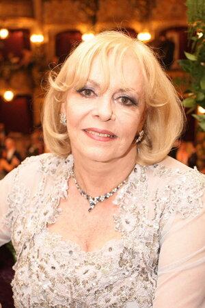 Představitelka Angeliky Michéle Mercier. Šarmantní dáma, která už si v životě prožila leccos.