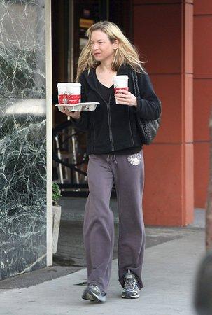 2006 - Renée chodí ven neupravená.