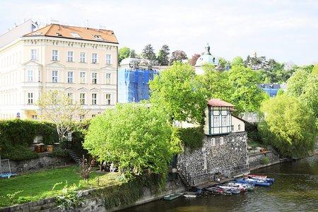 Nebýt vodáckého oddílu Gemini, byl by hrázděný domek na břehu Vltavy dávnou minulostí. Komunisté jej chtěli kdysi srovnat se zemí.