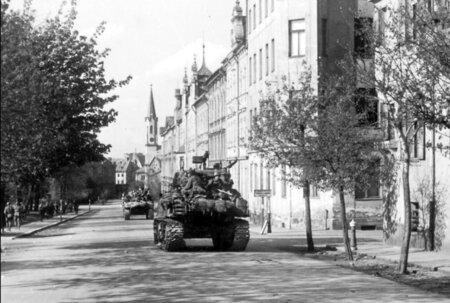 Tanky přijíždějí osvobodit Česko.
