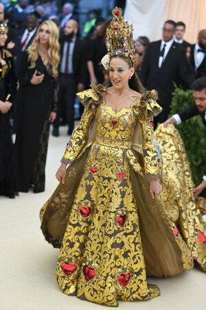 2018 - Na Met Gala v šatech od Dolce and Gabbana a s výraznou čelenkou
