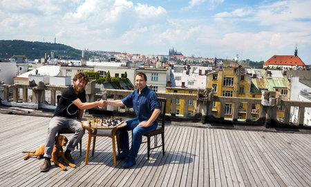 První šachovou partii na střeše paláce Lucerna sehráli předseda Pražské šachové společnosti Pavel Matocha (vpravo) a pražský kavárník a majordomus těchto teras Ondřej Kobza.