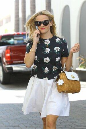 Reese Witherspoon je zdárným příkladem. Vybrala si sice slaměnou kabelku, ale takovou, kterou si může vzít kamkoliv.
