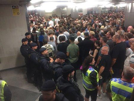 Tisíce lidí se tísnily po koncertě v metru.