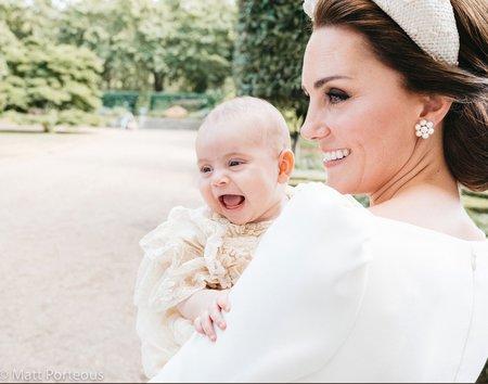 Vévodkyně Kate s řehtajícím se princem Louisem na jeho křtinách
