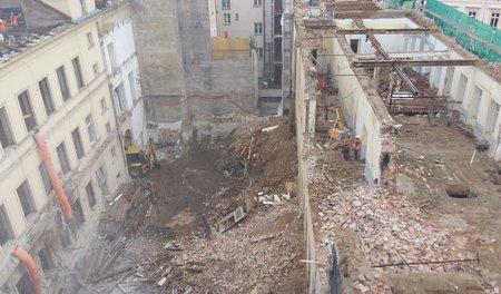 V budově bývalé školy v Mikulandské se zřítila dvě patra.
