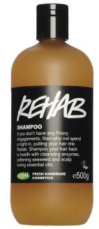 Regenerační šampon LUSH Rehab, 495 Kč (250 ml), koupíte na https://cz.lush.com nebo v kamenných prodejnách