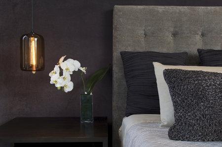 I když je orchidej krásná, do ložnice nepatří.