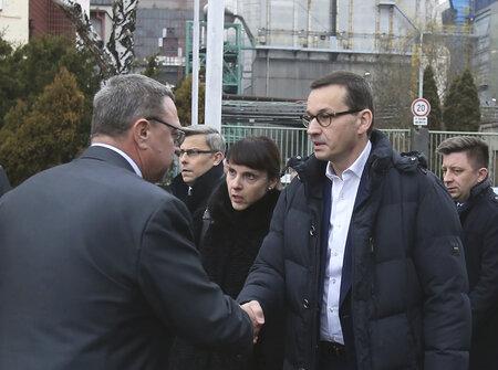 Polský premiér Mateusz Morawiecki (vpravo) navštívil 21. prosince 2018 důl ČSM na Karvinsku, kde předešlého dne při výbuchu metanu zahynulo třináct horníků, z toho jedenáct Poláků. Vlevo na snímku je výkonný ředitel OKD Boleslav Kowalczyk