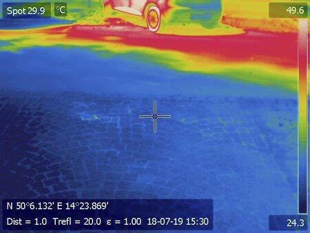 Takové rozdíly vznikají při horku v centru Prahu. Na přímém slunci spalující peklo, pod stromy chládek, naměřila termokamera.