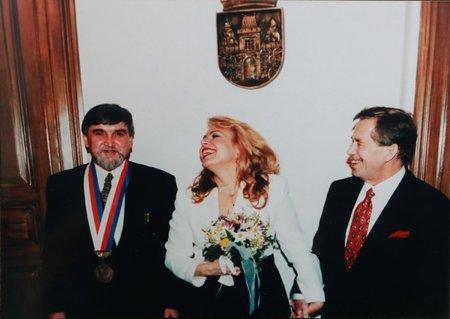 "Své ""ano"" si řekli na žižkovské radnici Václav Havel a Dagmar Veškrnová."