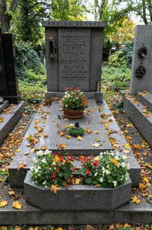 Rodinný hrob, kde je pochována Aťka Janoušková.